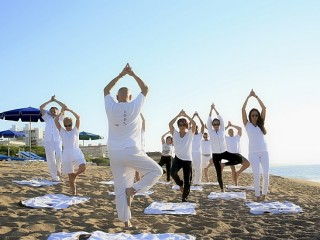 yoga-group-on-beach